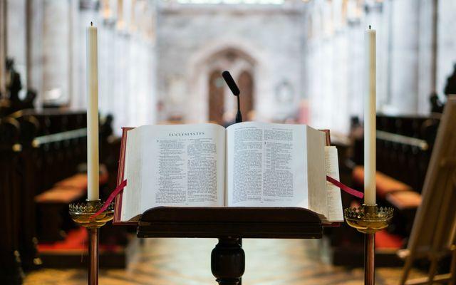 Als de kloosterklok luidt, snelt Thomas (soms tegen wil en dank) naar de kerk